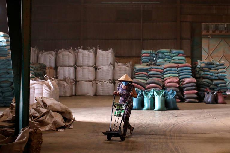Um homem trabalha num depósito de café da companhia Simexco Dak Lak, na cidade de Di An