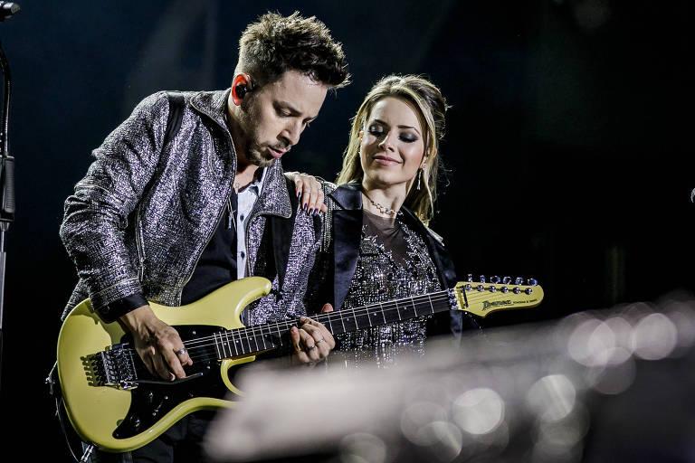 """A dupla Sandy & Junior durante o primeiro show em São Paulo da turnê """"Nossa História"""", realizado no Allianz Parque"""