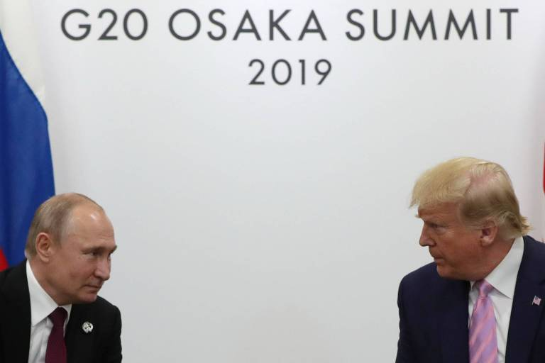 O presidente russo, Vladimir Putin, e o presidente dos EUA, Donald Trump, se encaram durante a cúpula do G20, em Osaka
