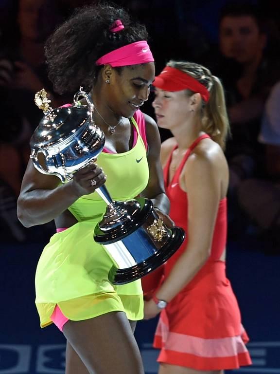 Serena Williams carrega troféu após derrotar Maria Sharapova na final do Australian Open de 2015