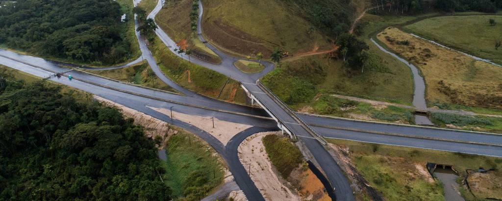 Viaduto liga novo trecho da rodovia Tamoios a fazenda da empreiteira Serveng, responsável pela obra