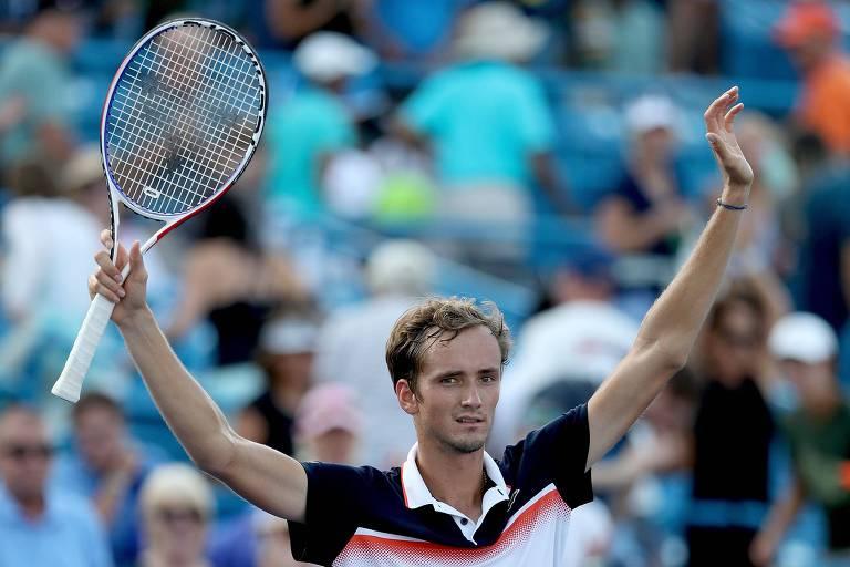 Daniil Medvedev levanta os braços e comemora maior título da sua carreira, no Masters de Cincinnati, há uma semana