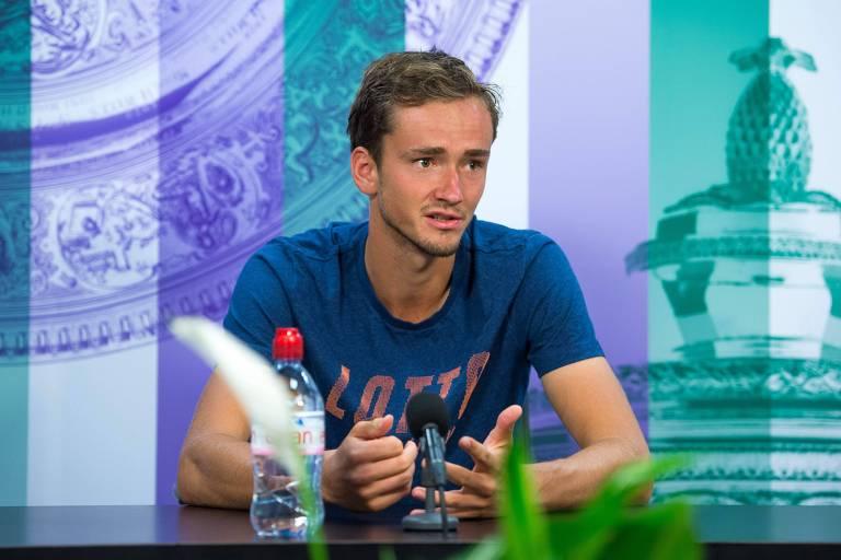 Medvedev durante entrevista após ter jogado moedas na direção da juíza de sua partida em Wimbledon