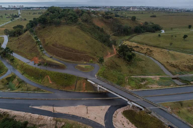Viaduto que a Dersa construiu ao custo de R$ 3 milhões, em Caraguatatuba, só serve uma fazenda que pertence à empreiteira que fez a obra, a Serveng
