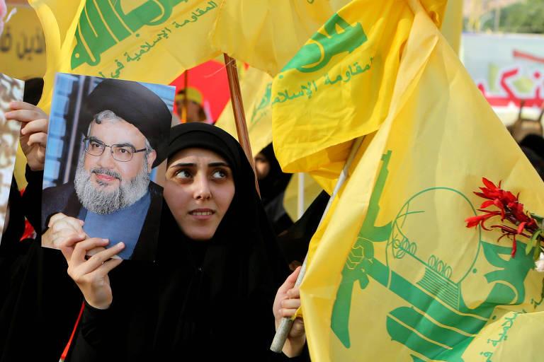 Apoiadora do Hizbullah segura foto do líder do grupo, Sayyed Hassan Nasrallah