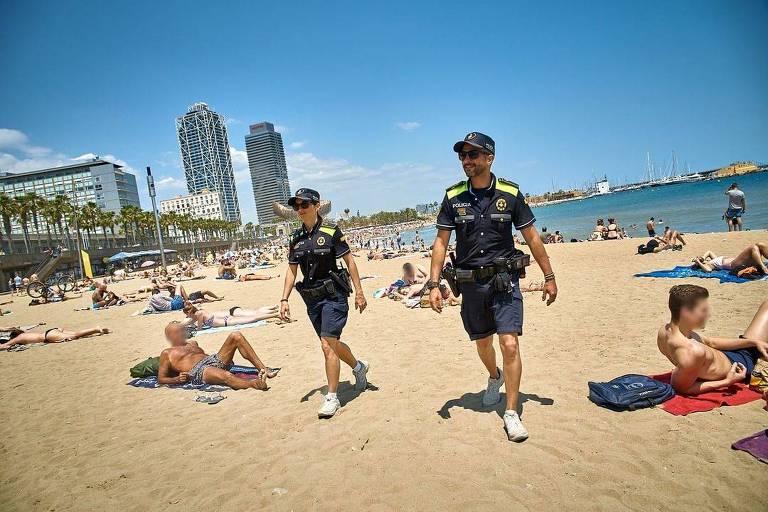 Polícia de Barcelona distribui 'kit-roubo' a banhistas
