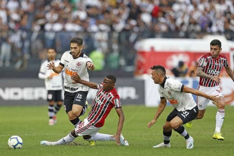 Jogador do São Paulo, Léo tenta desarmar o vascaíno Andrey e dá um carrinho no estádio São Jaunário