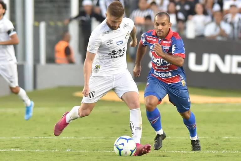 Sasha, do Santos, recebe marcação de Edinho, do Fortaleza, em jogo na Vila Belmiro