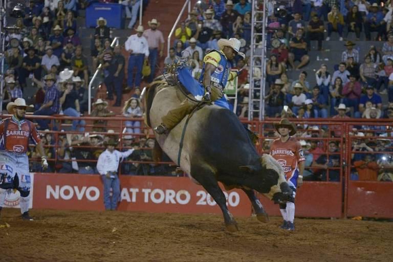 O peão Daniel Batista de Lima, 20, em montaria que valeu o título de campeão do Barretos International Rodeo