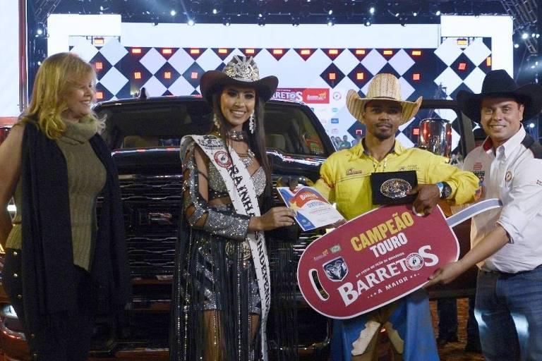 O peão Daniel Batista de Lima, 20, campeão de Barretos, recebe do presidente da festa, Ricardo Rocha, a chave simbólica da camionete de R$ 280 mil que ganhou