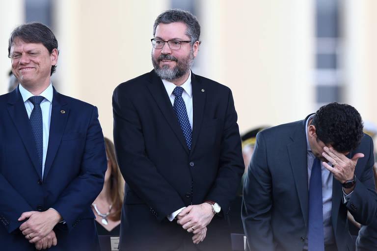 O chanceler Ernesto Araújo, ao centro, ao lado dos ministros Sergio Moro (Justiça), à dir., e Tarcísio Gomes de Freitas (Infraestrutura) durante cerimônia de comemoração ao dia do soldado, em Brasília