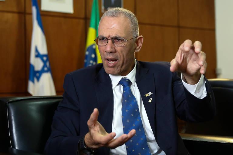 O embaixador de Israel em Brasília, Yossi Shelley, na sede da embaixada, faz movimento com as mãos