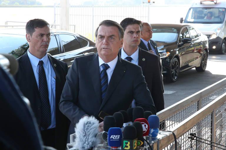 O presidente Bolsonaro fala com jornalistas na entrada do Palácio da Alvorada, em Brasília