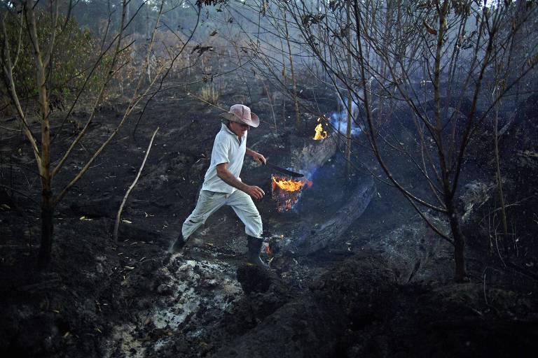 O agricultor Helio Lombardo Do Santos em trecho de floresta queimada perto de Porto Velho