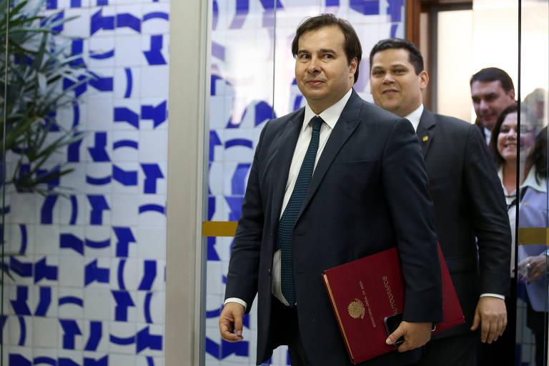 O presidente da Câmara Rodrigo Maia (DEM-RJ) faz a entrega simbólica da PEC da Previdência ao presidente do Senado, Davi Alcolumbre (DEM-AM).