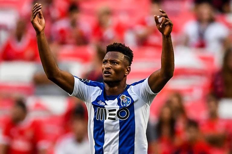 O atacante Zé Luís comemora o seu gol