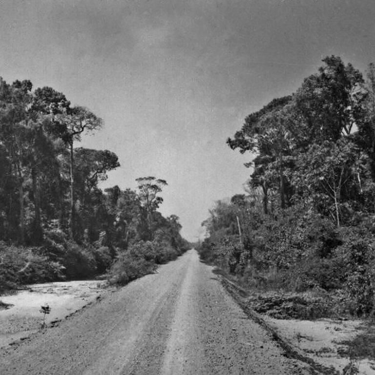 Trecho da rodovia Transamazônica no Amazonas; obra foi planejada pela ditadura militar para integrar Amazônia ao resto do país