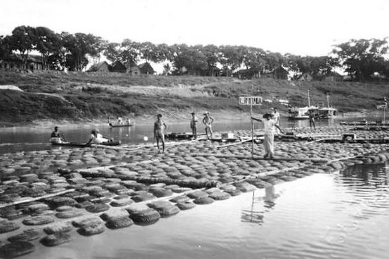 Transporte de borracha pelo rio Acre; presença do material na Amazônia despertou grande interesse estrangeiro pela região no século passado