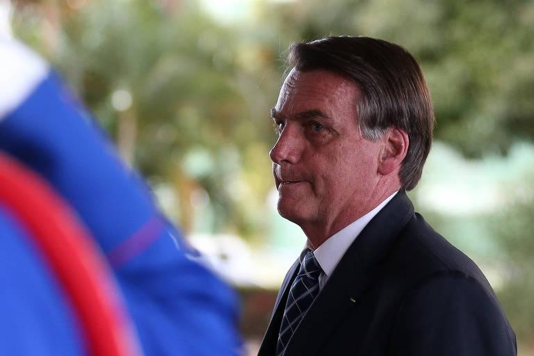O presidente Jair Bolsonaro, ao chegar no Ministério da Defesa para reunião na segunda (26)