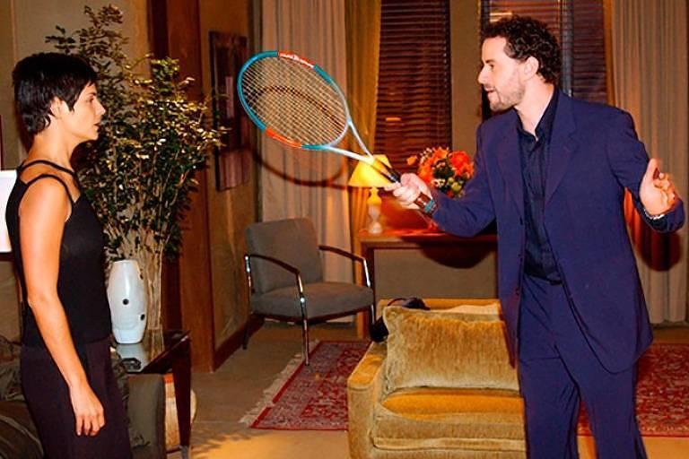 Em cena de novela, ator ameaça mulher com raquete de tênis