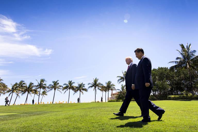 O presidente americano, Donald Trump, caminha ao lado do dirigente da China, Xi Jinping, em seu resort Mar-a-Lago, localizado em Palm Beach, na Flórida