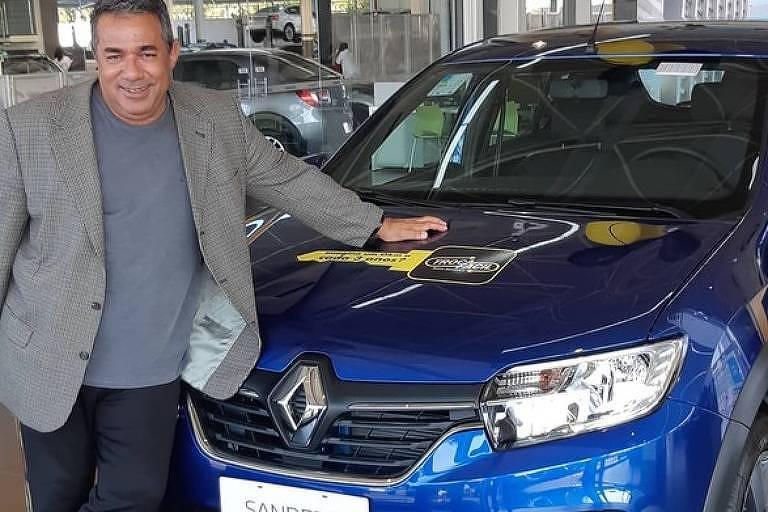 Pai de Anitta ganha carro da filha