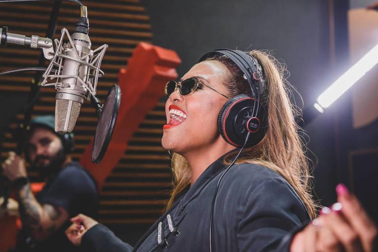 Gaby Amarantos em estúdio de SP para gravar música inédita para o Rock in Rio