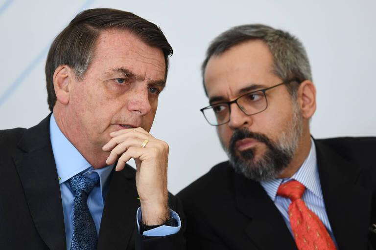 O presidente Jair Bolsonaro fala com o ministro da Educação, Abraham Weintraub, no Palácio do Planalto em Brasília