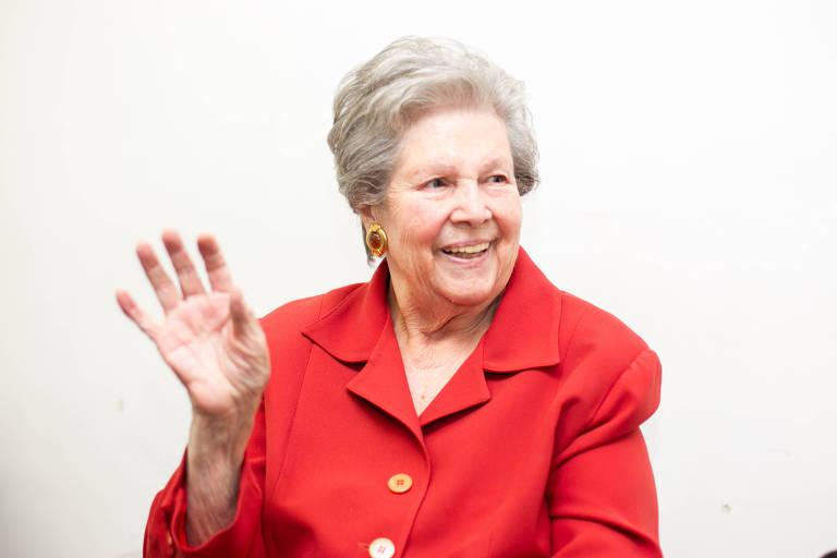 Mulher idosa acena para câmera