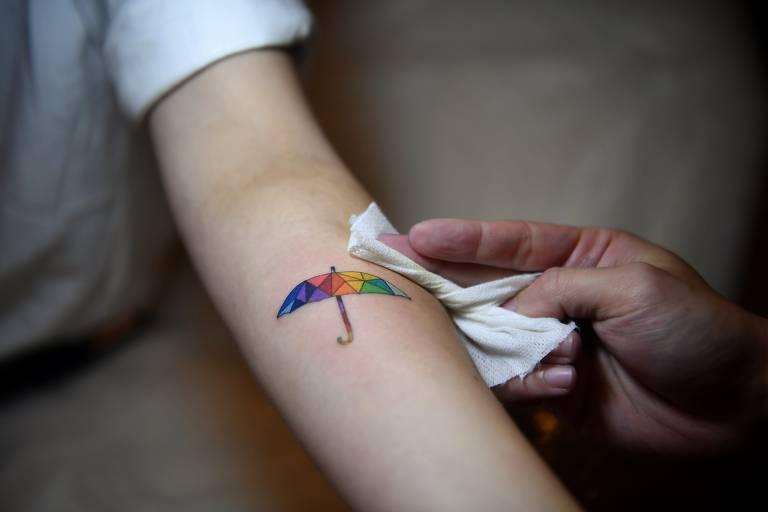 Honcongueses tatuam o corpo em protesto contra o governo
