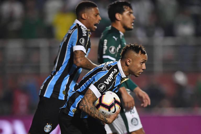 Everton Cebolinha corre com a bola após empatar o jogo contra o Palmeiras, no Pacaembu; depois, o atacante fez a jogada da virada gremista