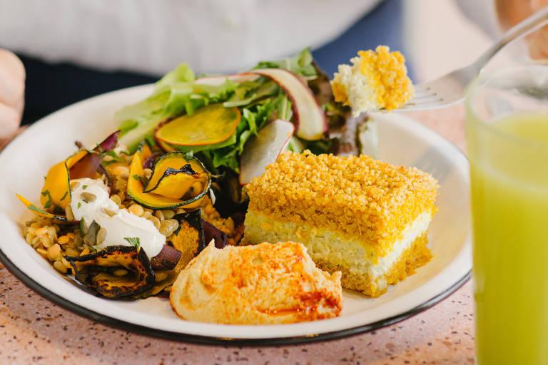 Quibe de abóbora e quinoa, hommus de castanha-do-pará e salada de lentilhas, abóbora e cebola assada da nova Padoca do Maní