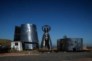 Partes da estátua de Nossa Senhora Aparecida amontoadas em Aparecida (SP)