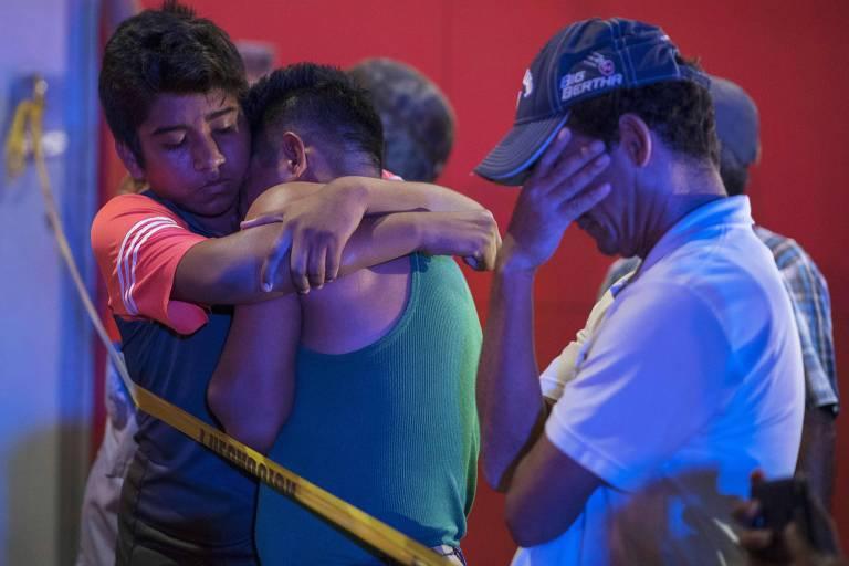 Homens travam portas, ateiam fogo em bar e matam 25 pessoas no México