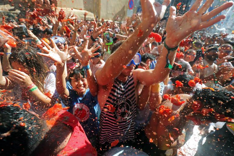 Multidão participa de guerra de tomates criada há mais de 70 anos em cidade da Espanha