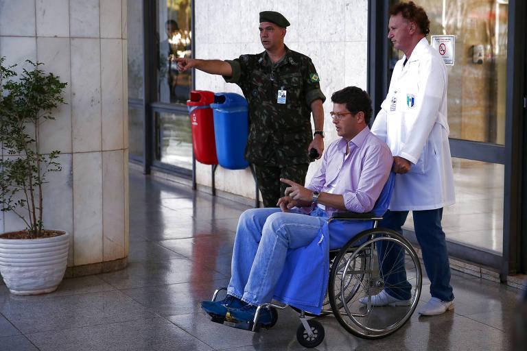 O ministro do Meio Ambiente Ricardo Salles deixa o HFA (Hospital das Forças Armadas), em Brasília, onde esteve internado desde a noite de terça (27) após sentir um mal-estar