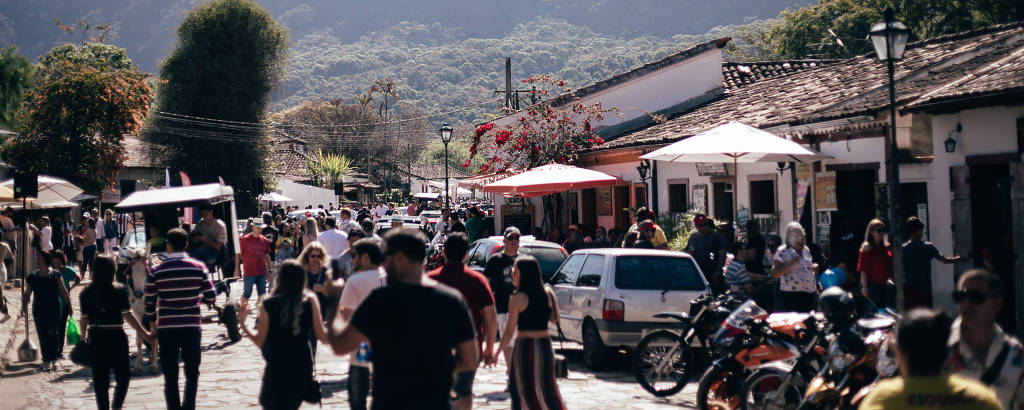 Pessoas andando em rua