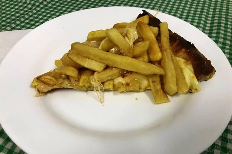 Pizza de batata frita servida na pizzaria San Remo, em Mogi das Cruzes