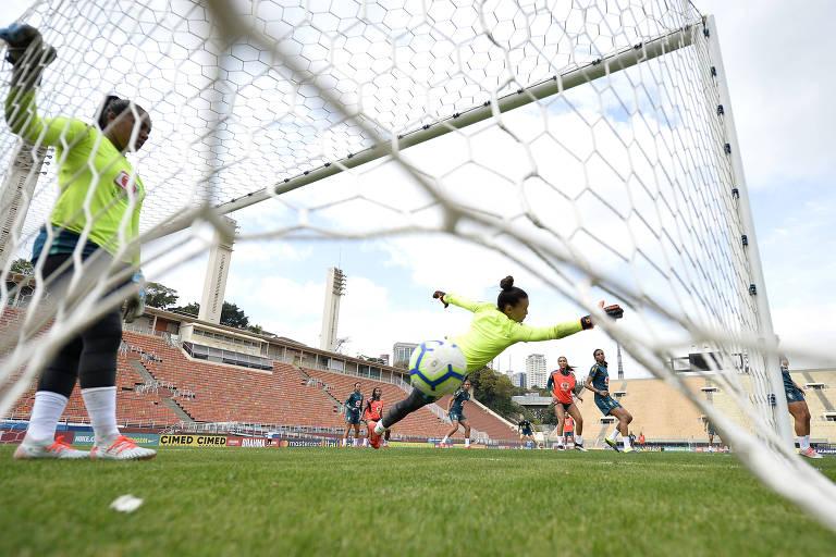 A seleção brasileira durante treino no Pacaembu antes de enfrentar a Argentina