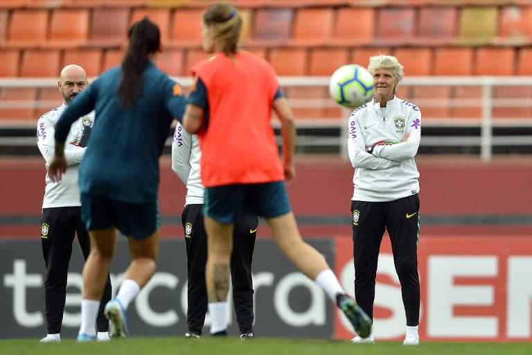 A técnica Pia Sundhage, que fará sua estreia no comando da seleção brasileira no jogo contra a Argentina, durante treino