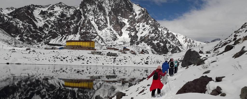 Caminhada na neve em torno do lago Inca, em frente ao resort Ski Portillo