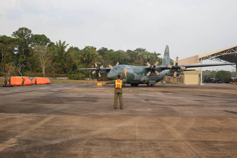 Abastecimento com água da Aeronave Hércules C-130 da Força Aérea Brasileira no combate a focos de incêndio na Amazônia