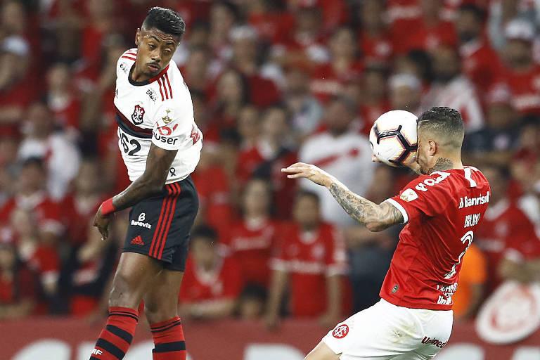 Bruno Henrique, do Flamengo, e Bruno, do Internacional, em lance do jogo no Beira-Rio