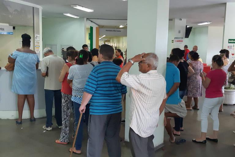 Pacientes formam fila para marcar consulta em Osasco