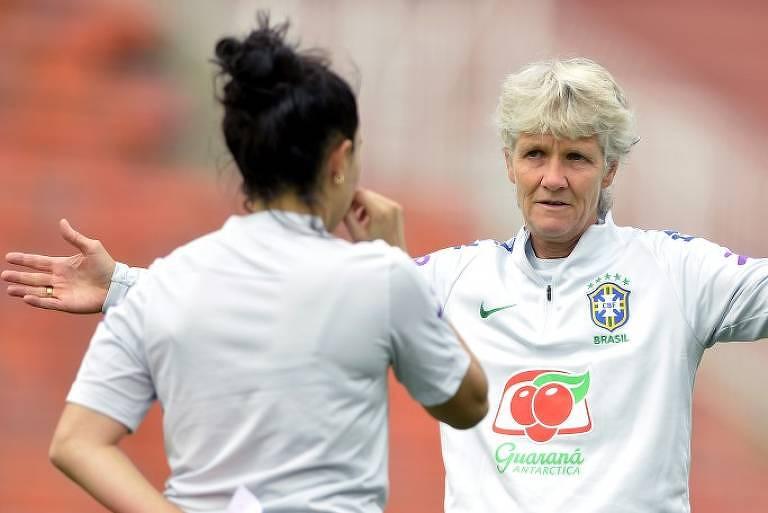 A técnica Pia Sunhage durante o treino da seleção brasileira feminina de futebol no estádio do Pacaembu