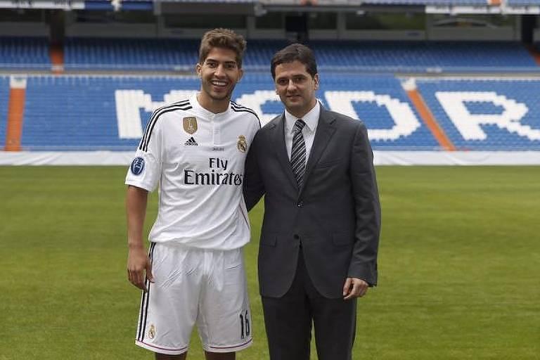 Juni Calafat ao lado de Lucas Silva na apresentação do jogador no Real Madrid