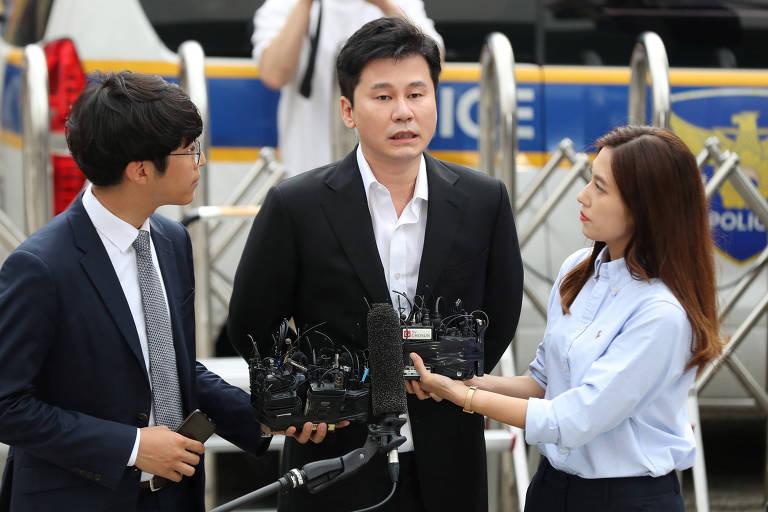 Yang Hyun-suk, fundador da YG Entertainment chega para prestar depoimento em Seul