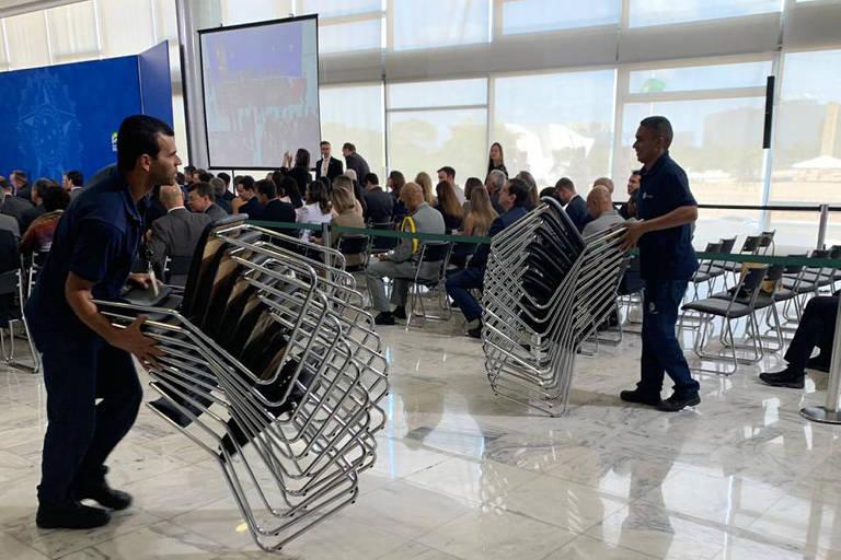 Com público menor do que o esperado, equipe do Planalto retira fileiras de cadeiras em evento com Bolsonaro e Moro