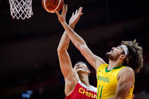 (190825) -- WUHAN, Aug. 25, 2019 (Xinhua) -- Brazil's Anderson Franca Varejao (R) vies with China's Yi Jianlian at the 2019 Sino-Brazilian Men's International Basketball Challenge in Wuhan, capital of central China's Hubei Province, Aug. 25, 2019. (Xinhua/Xiao Yijiu)