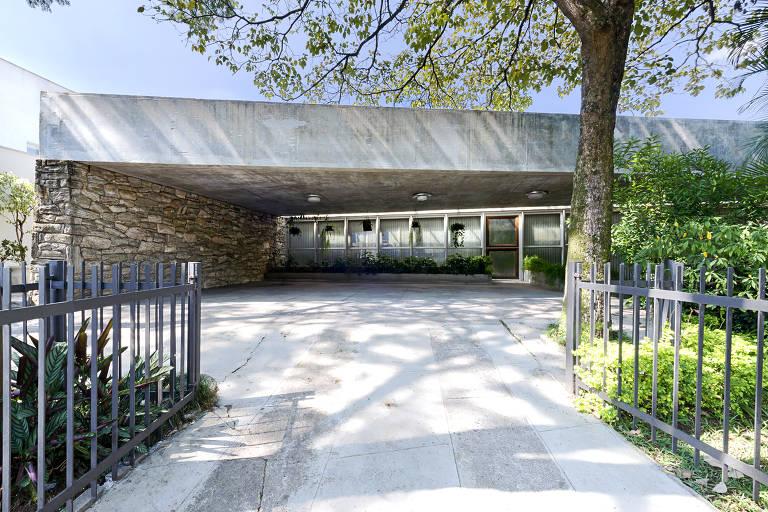 Residência Dalton de Macedo Soares; projetada por Paulo Mendes da Rocha, casa de 1975 está à venda